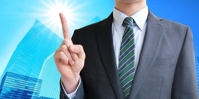 人差指を指すビジネスマン